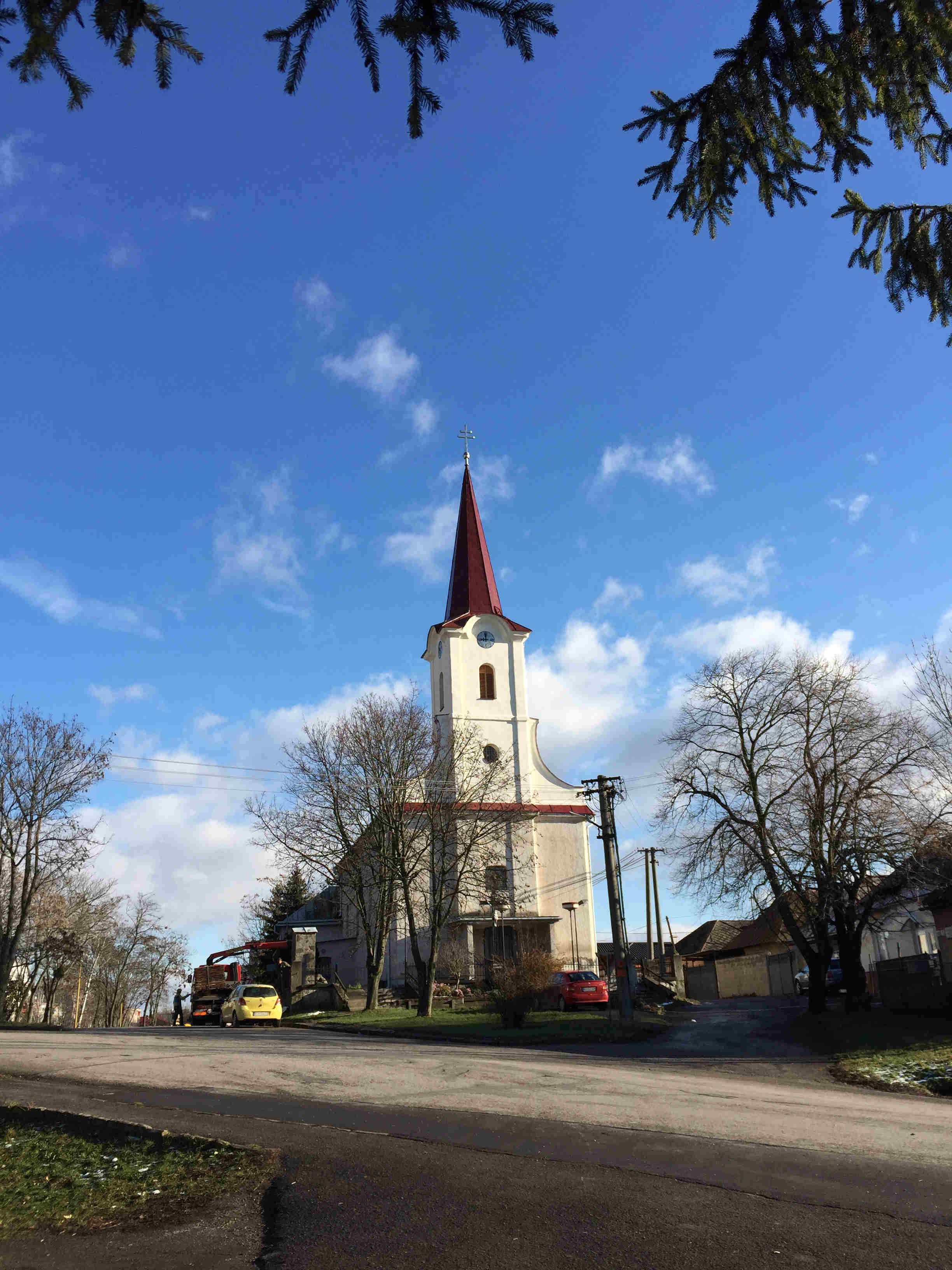 VEĽKÉ KAPUŠANY – Kostol  sv. Šimona a Júdu; Strecha veže a fasáda